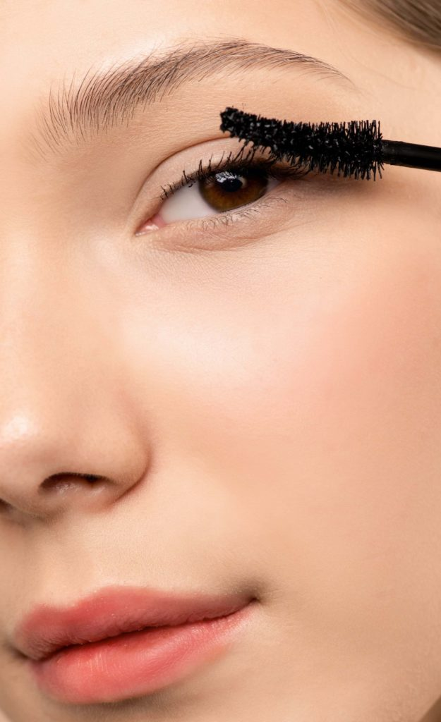 woman-applying-black-mascara-giada-distributions